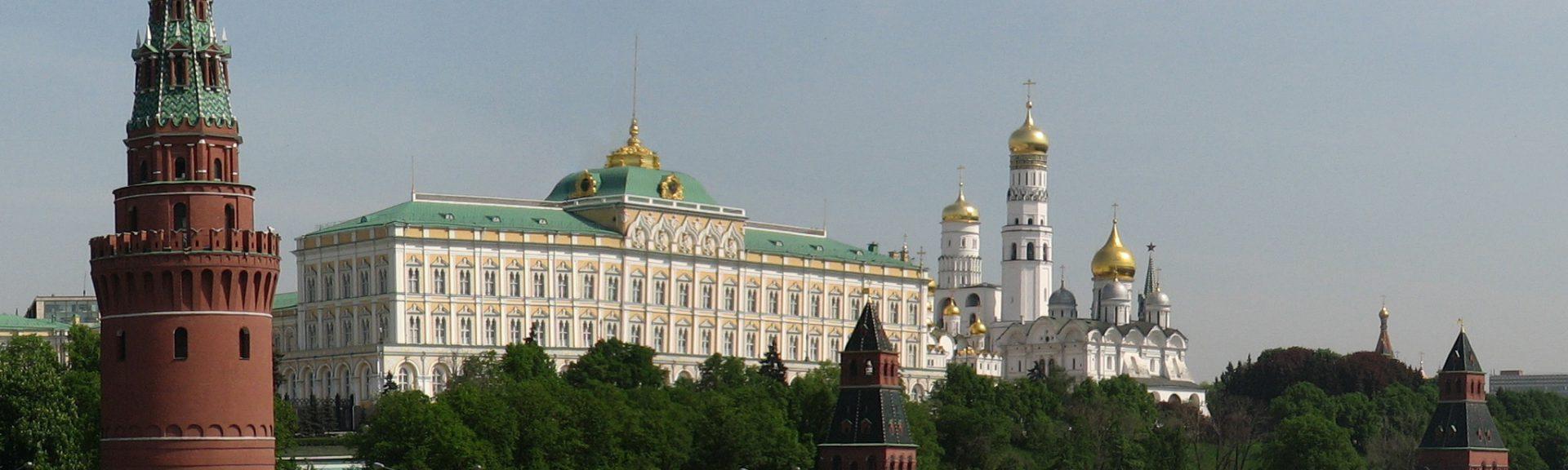 https://commons.wikimedia.org/wiki/File:Moscow_Kremlin_from_Kamenny_bridge.jpg