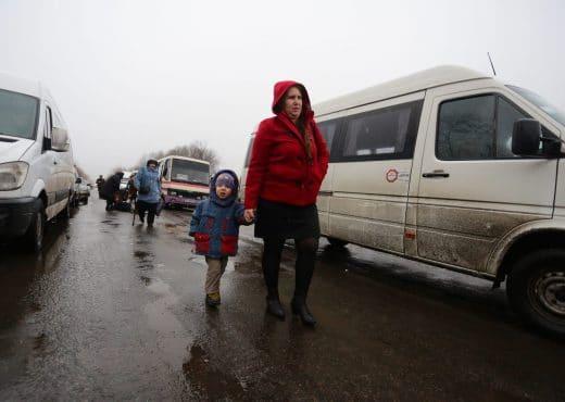 Adulte et enfant marchant pour traverser une frontière