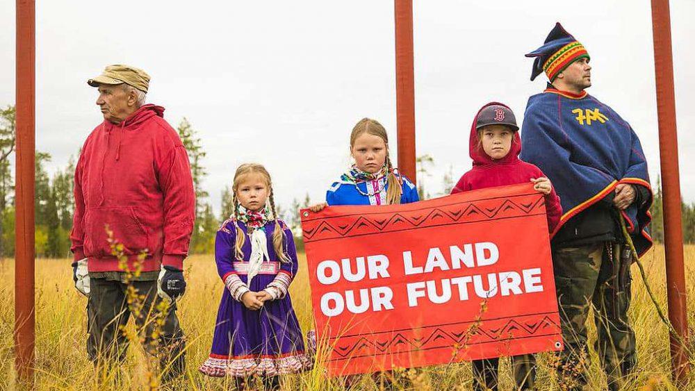 Samis manifestant contre une exploitation forestière sur leur terre, nord de la Finlande en septembre 2018. Crédit : Greenpeace